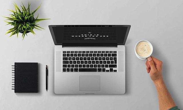 kafíčko u laptopu