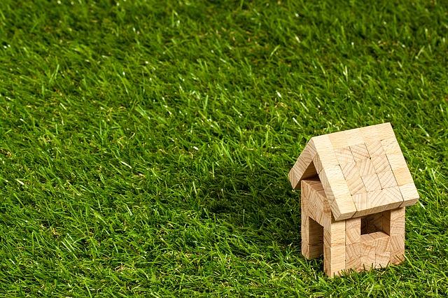 domeček na trávě