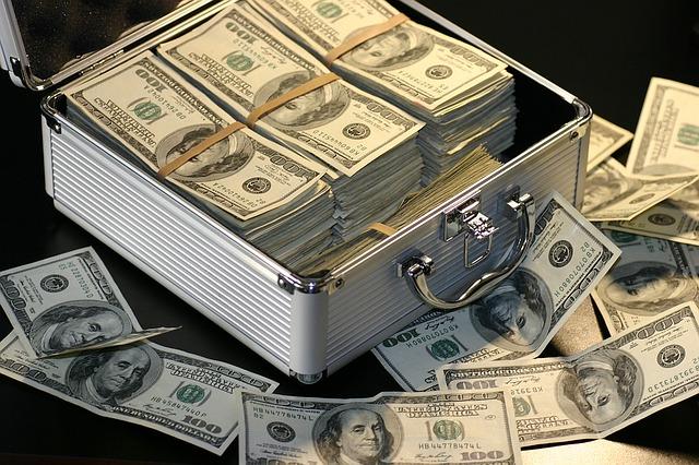 bankovky u kufru