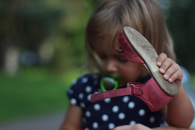 dítě s botou