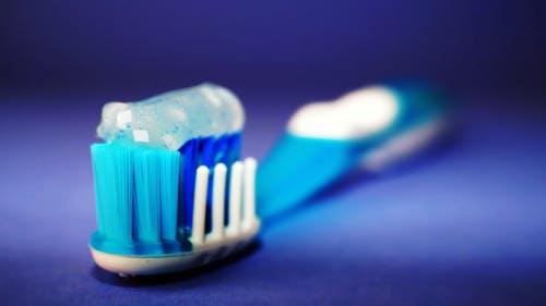 zubní kartáček a pasta